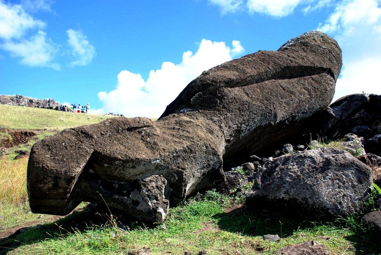 лежащий моаи