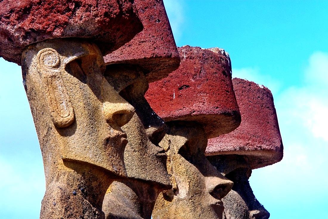 моаи в каменных шляпах