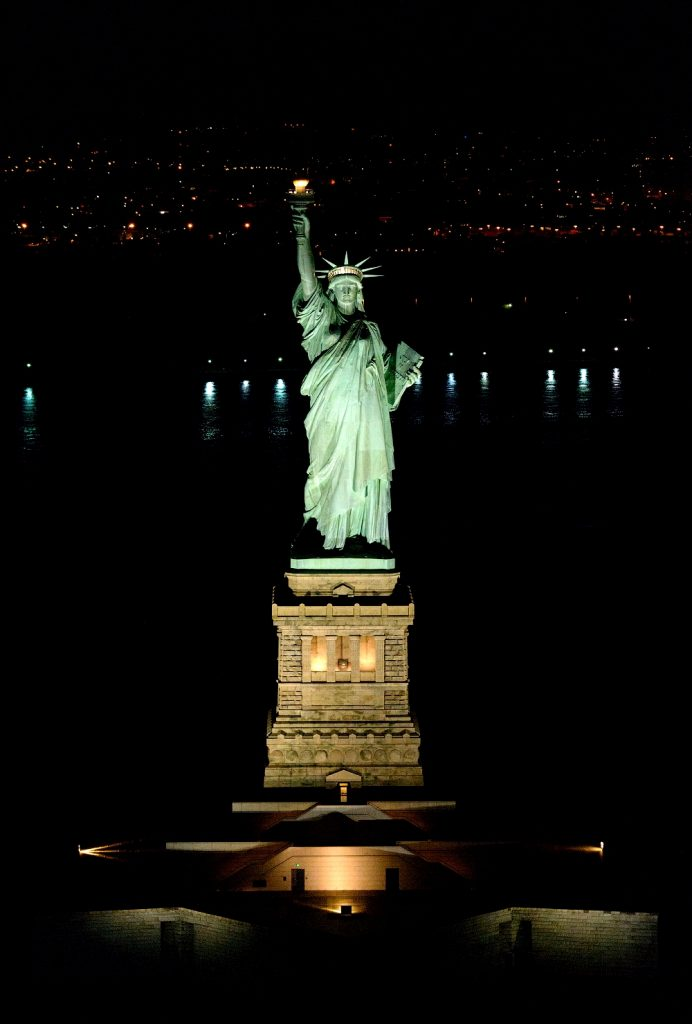 статуя свободы в прожекторах