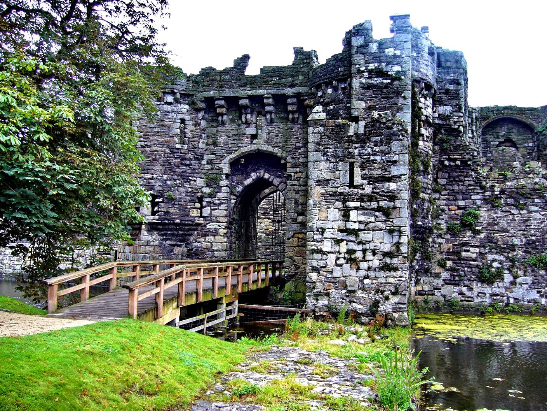 главный вход в замок бомарис