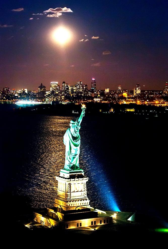 Статуя свободы в свете прожекторов