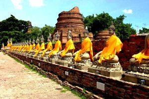 будды в оранжевых накидках