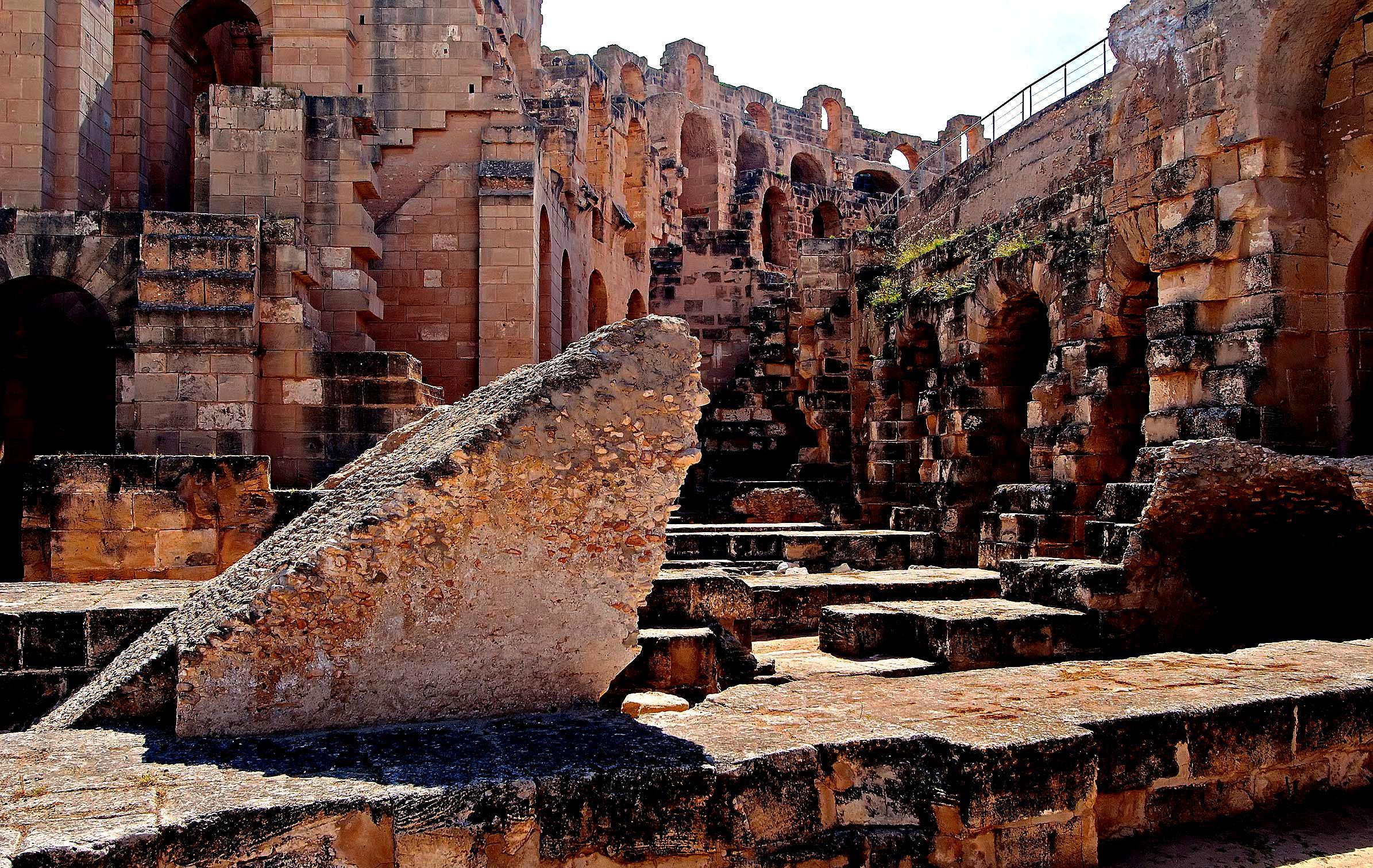 монолиты амфитеатра в Эль-Джеме