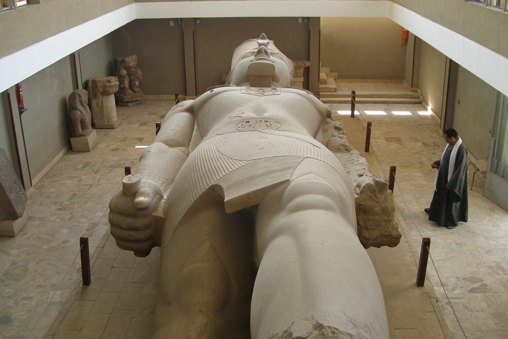 лежащий фараон