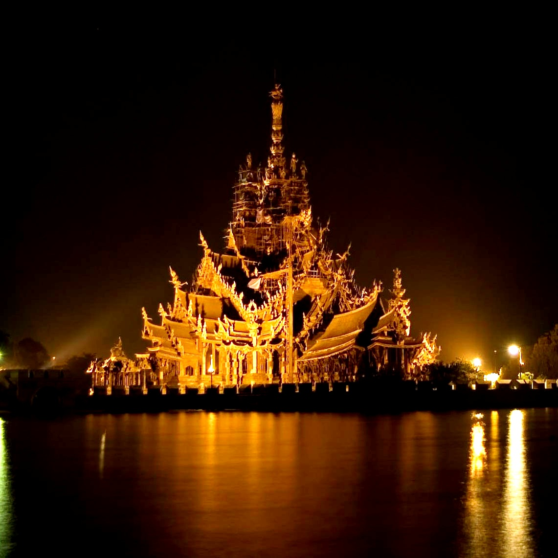 храм истины ночью