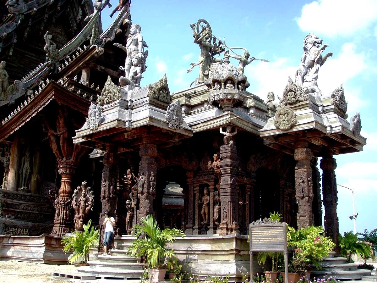 главный вход Храма истины