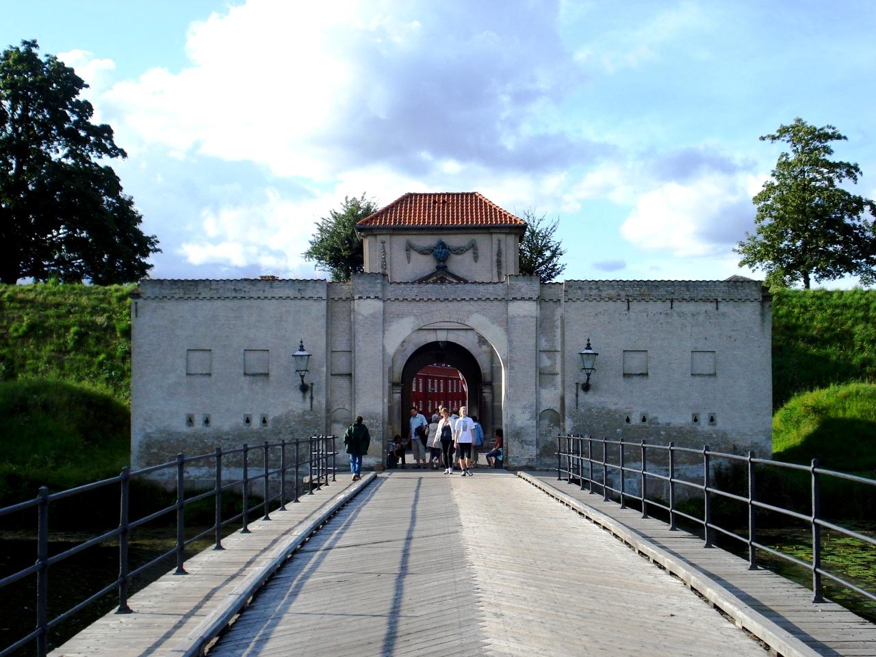ворота крепости кастеллет