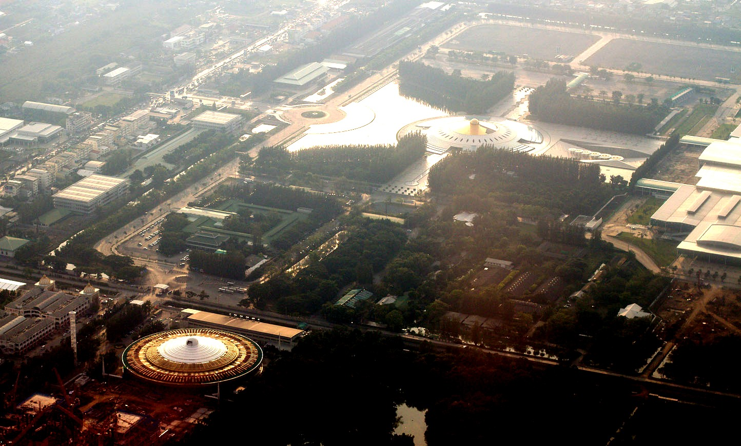 вид сверху на храм Дхаммакая