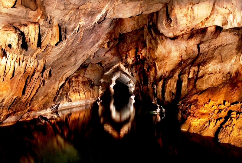 река в пещере