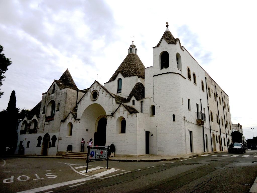 белая церковь альберобелло
