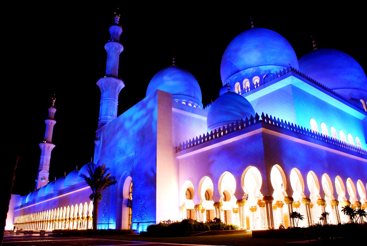 мечеть шейха, подсвеченная синим
