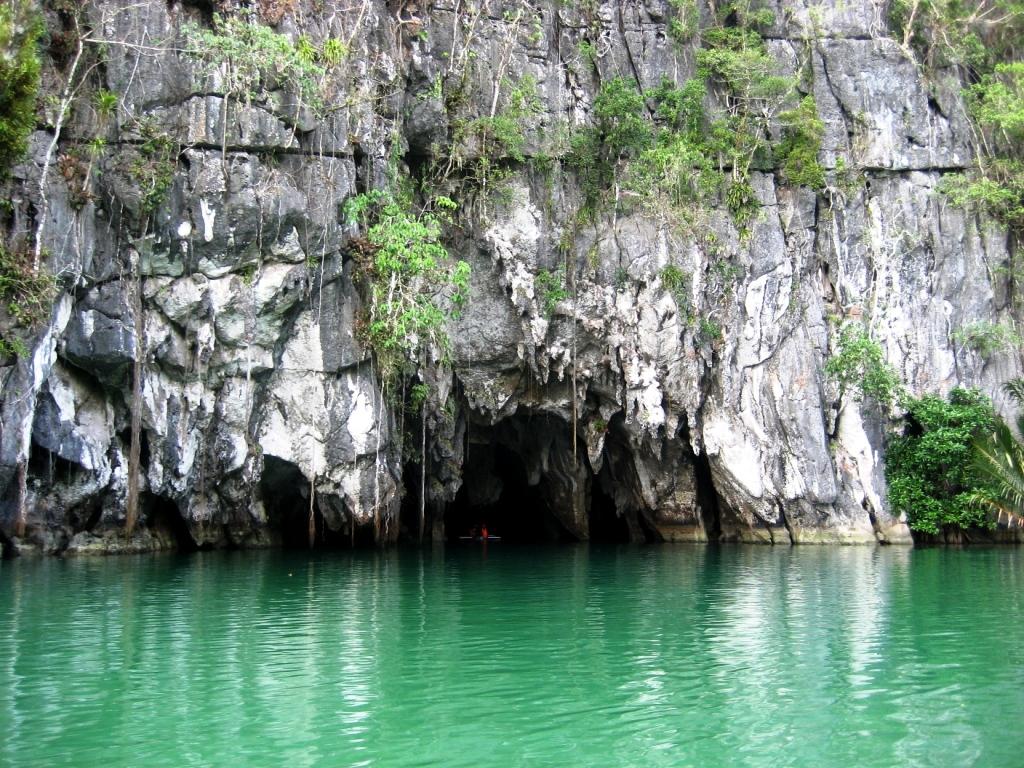 подплывая к пещере подземной реки