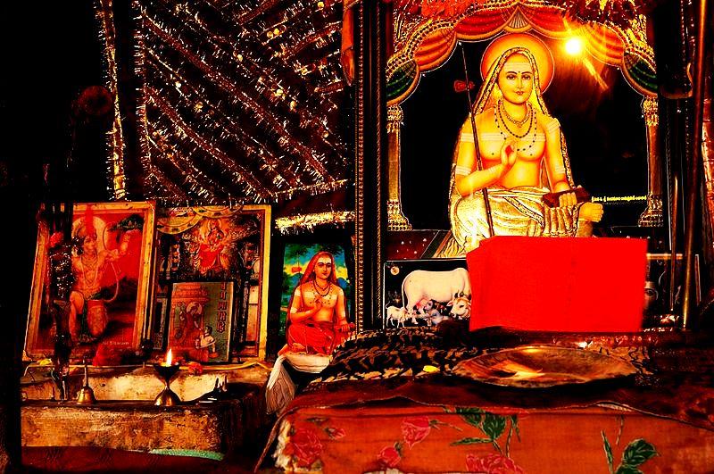 внутри храма шанкарачарья