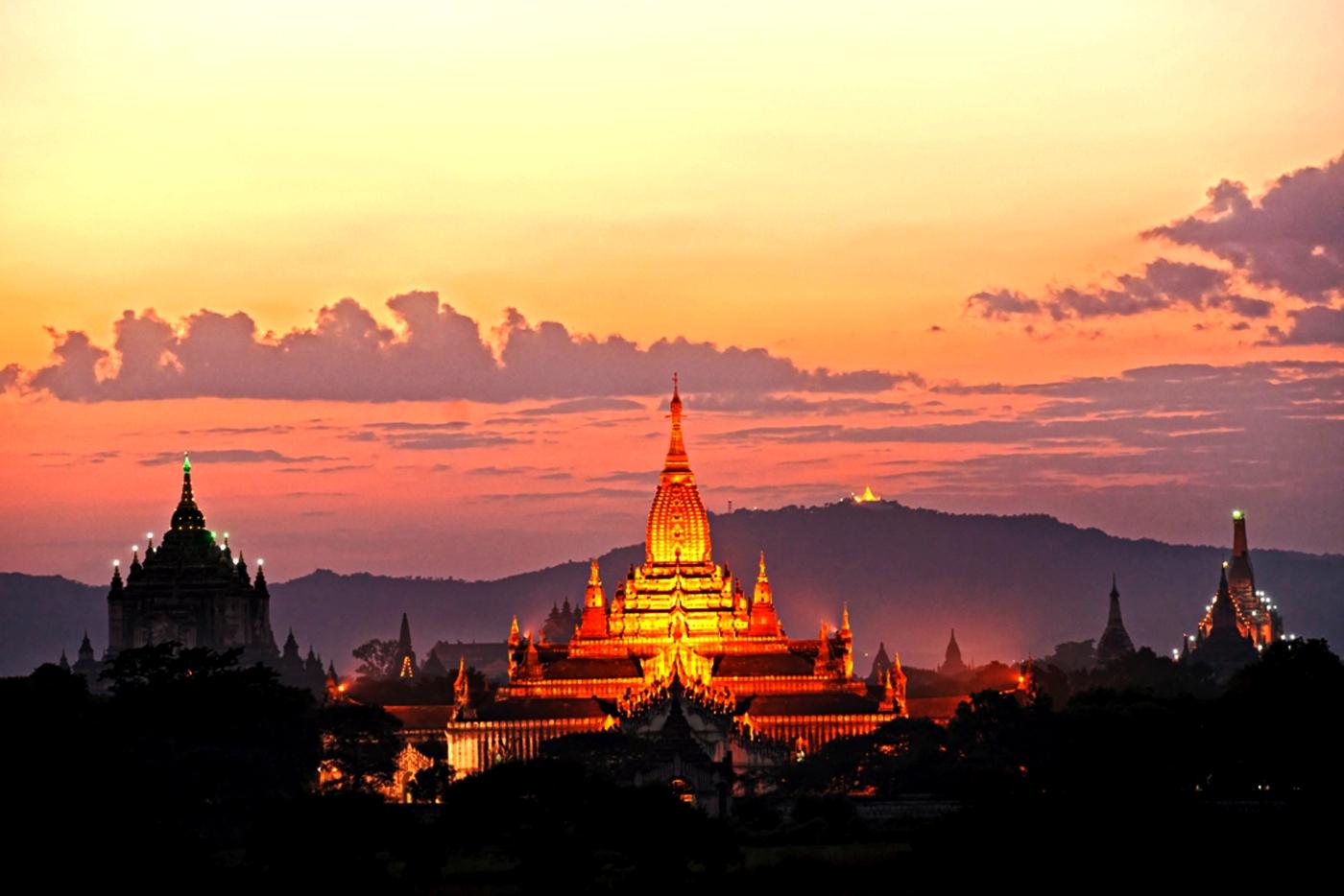 освещенный храм багана