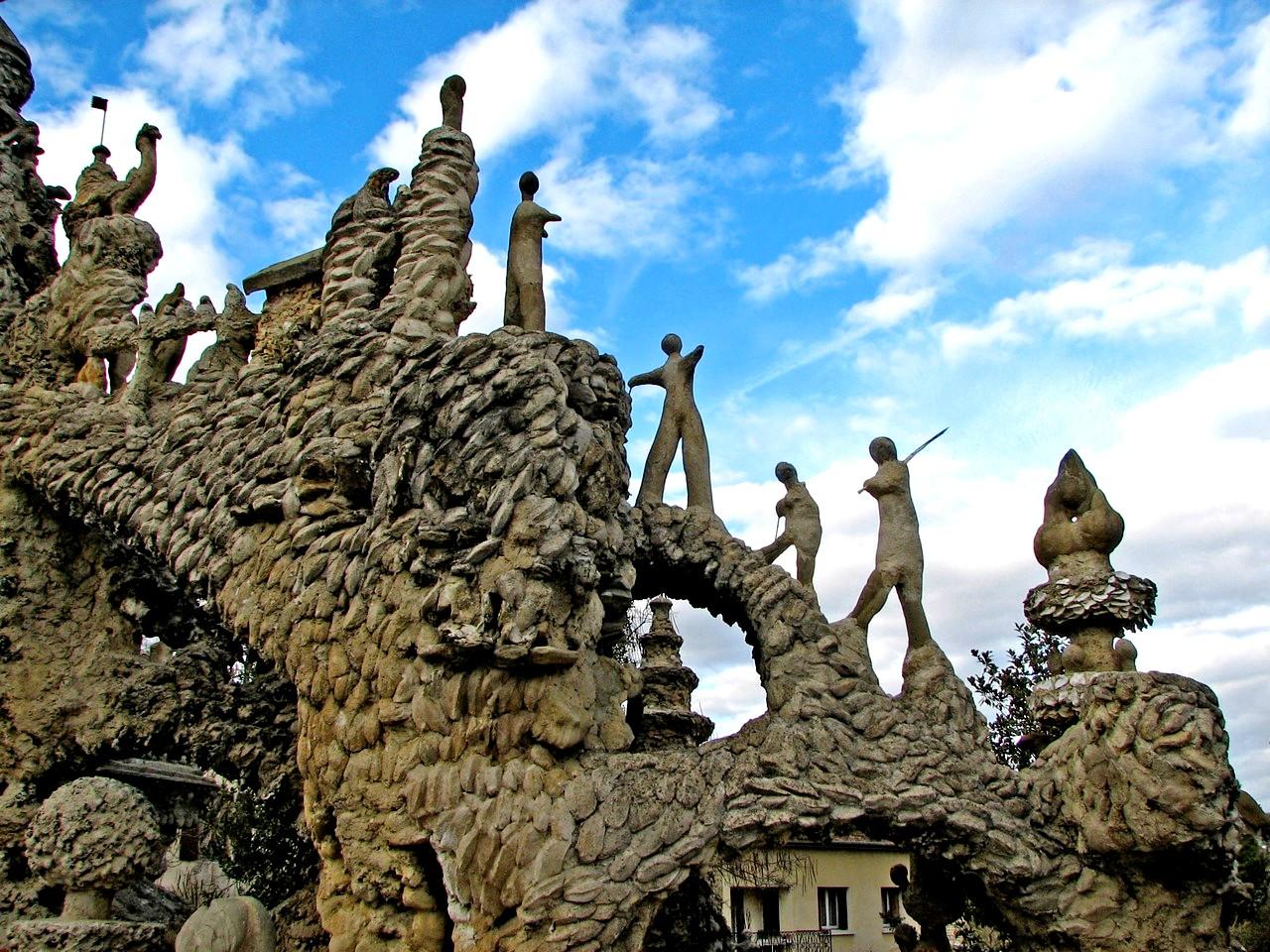 статуи людей на дворце шеваля