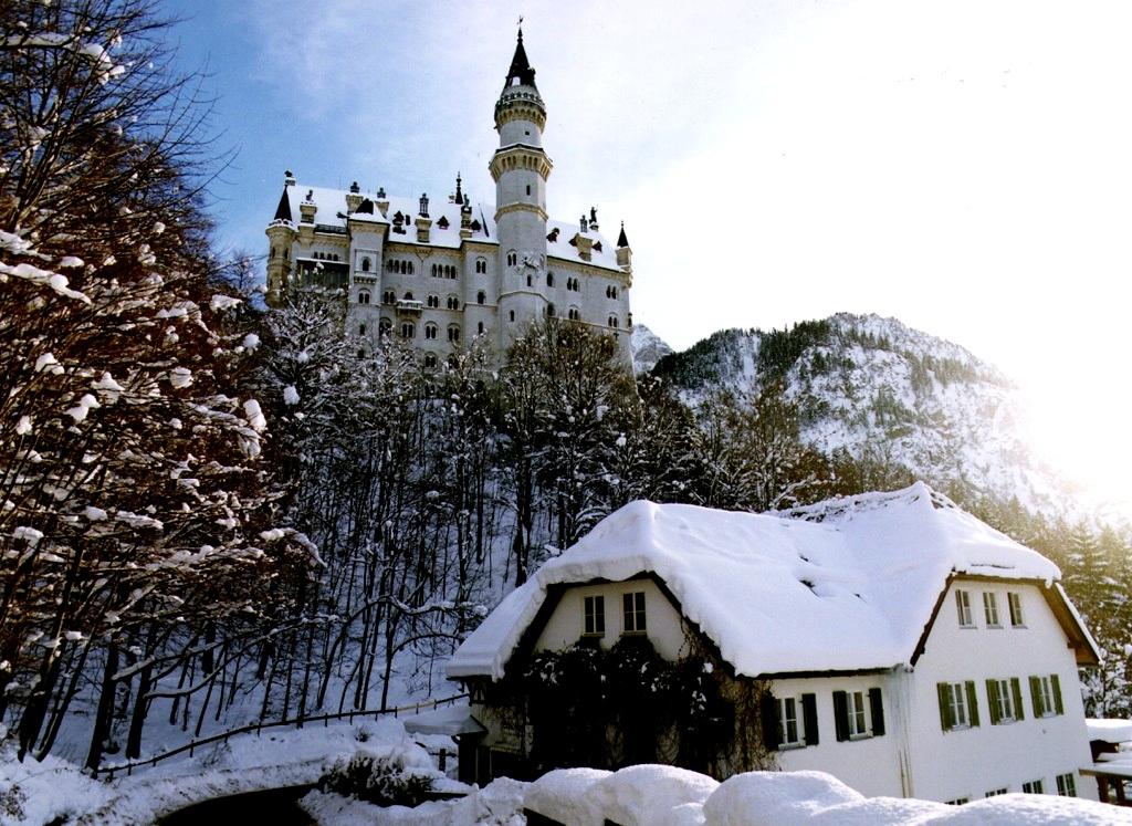 сказочный замок на горе