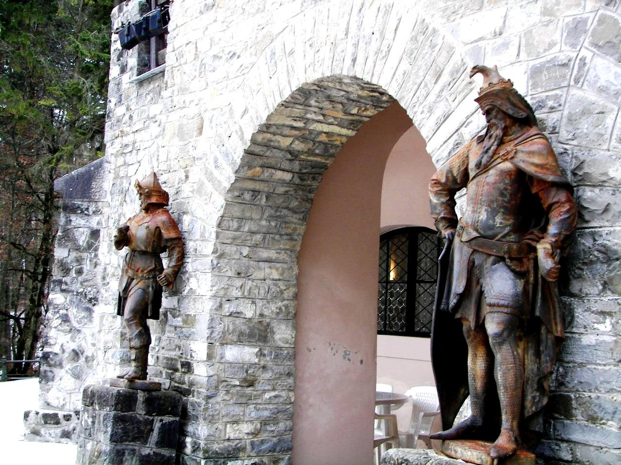 скульптуры замка пелеш