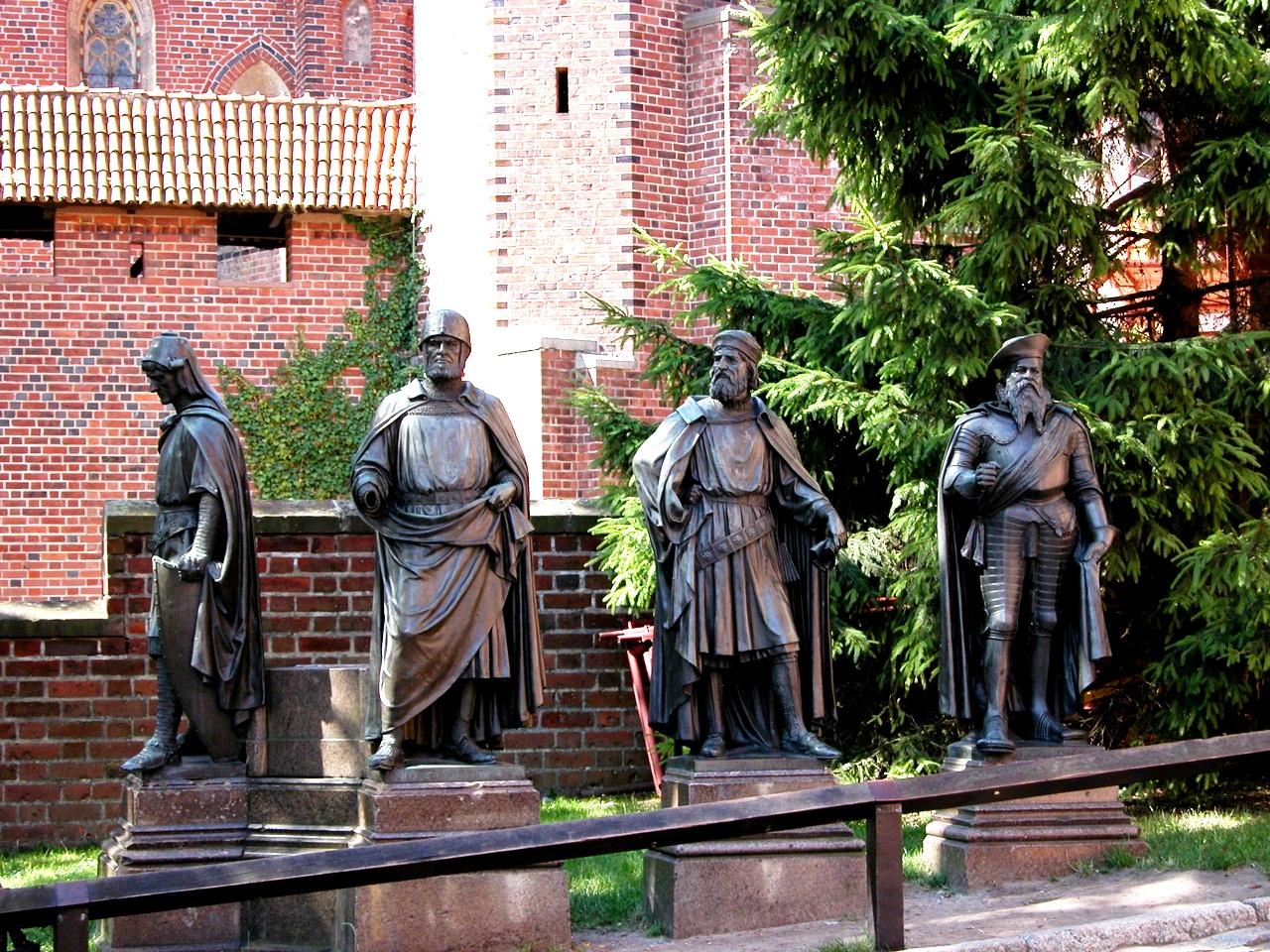 статуи рыцарей