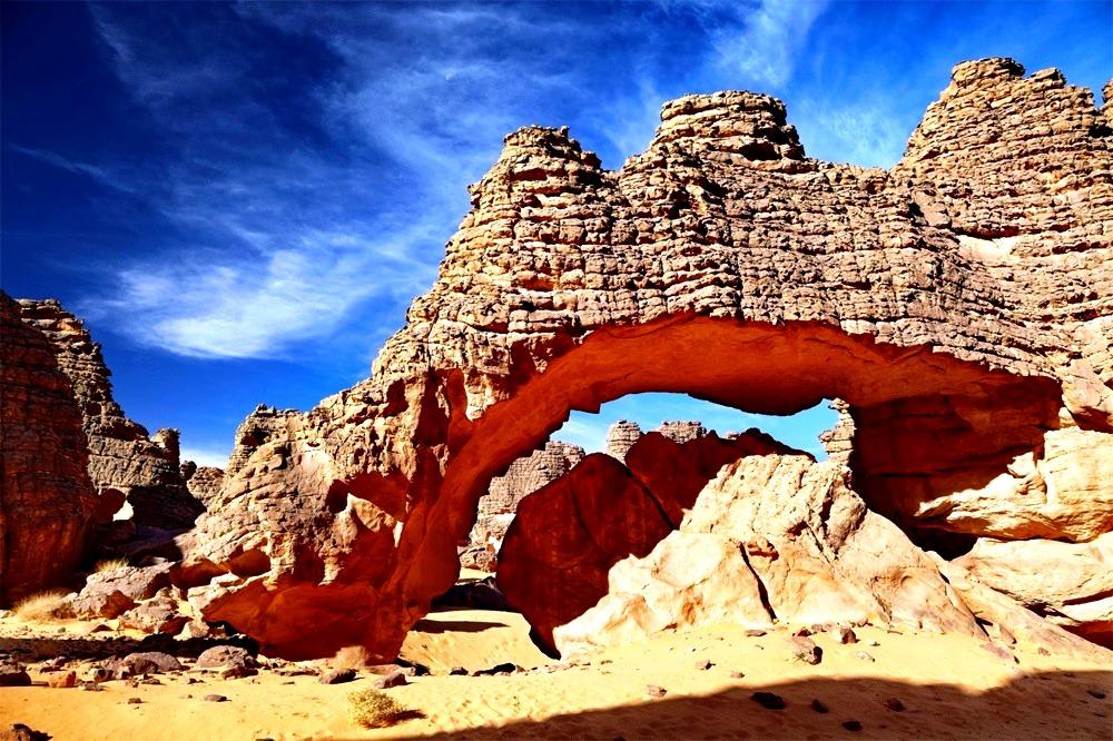 скала в виде арки