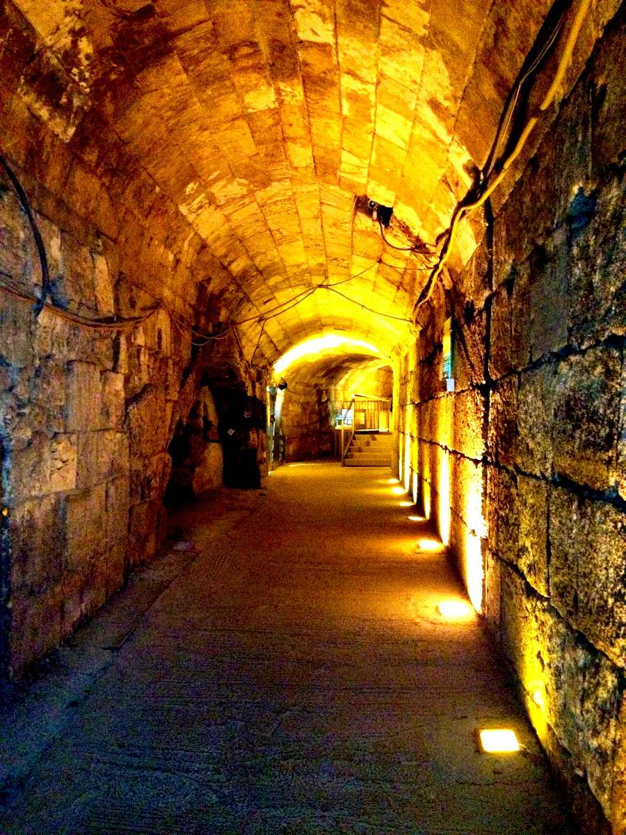 туннель под стеной плача