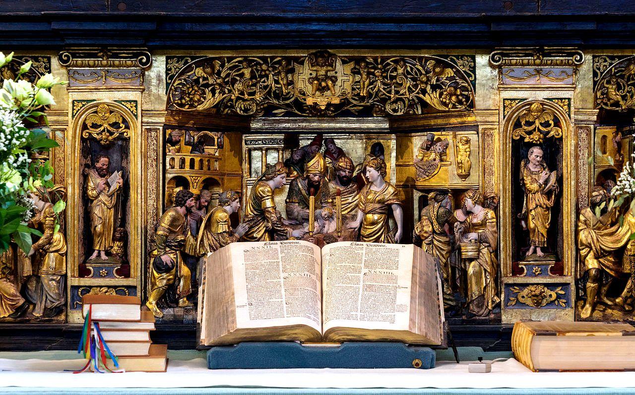 алтарь с библией