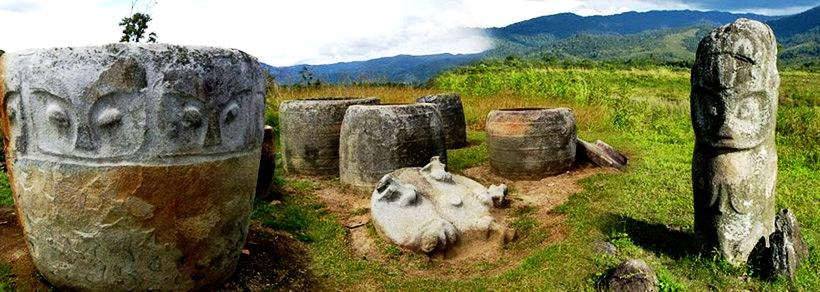 группа древних истуканов