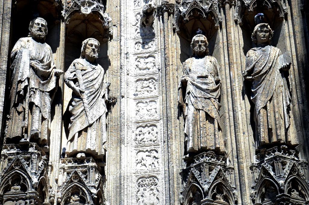 статуи святых