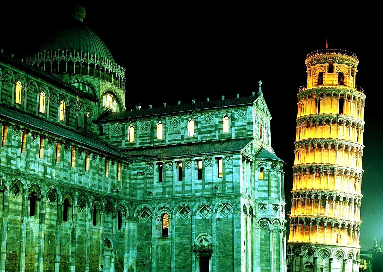 ночная подсветка собора в пизе