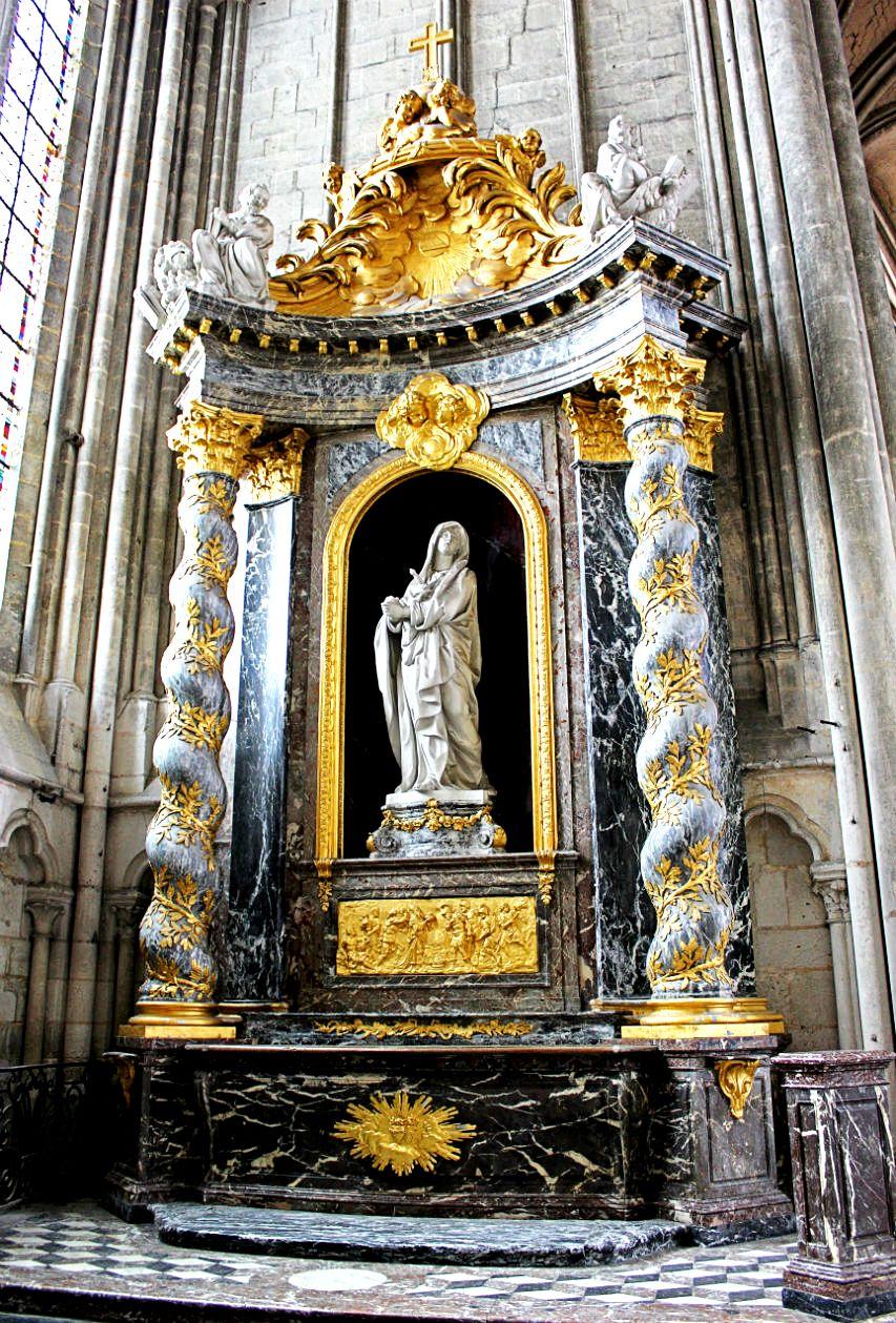 статуя мадонны