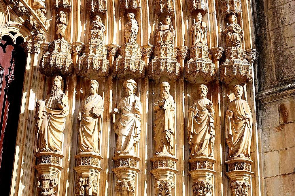 статуи святых в баталье