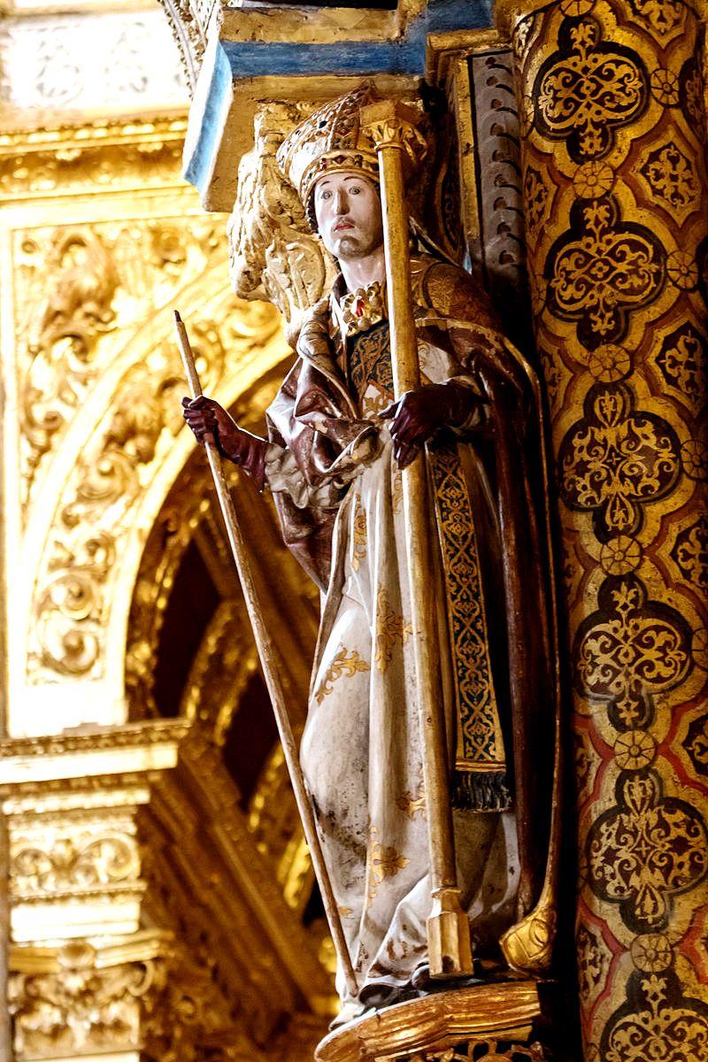 статуя святого