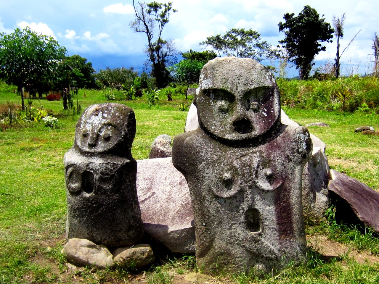 пара древних истуканов
