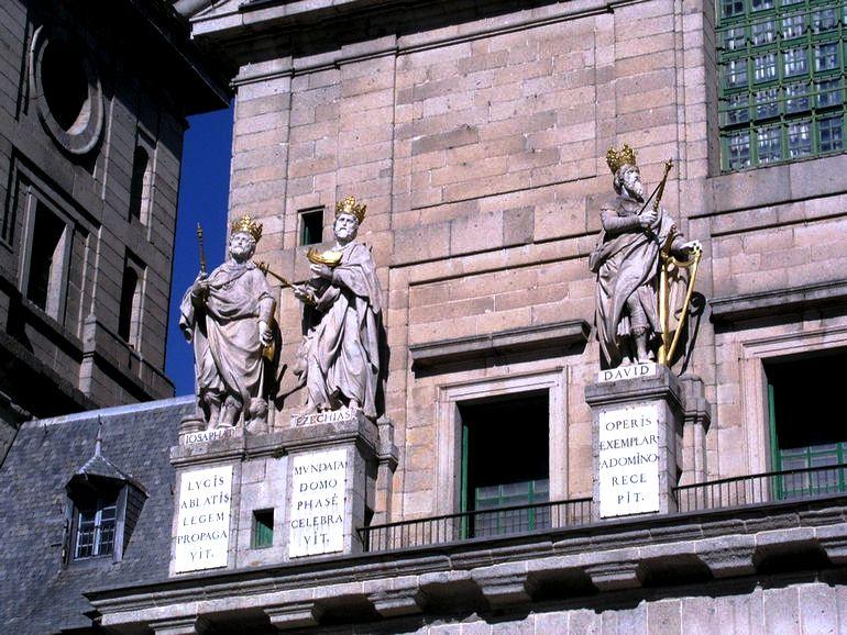 скульптуры королей