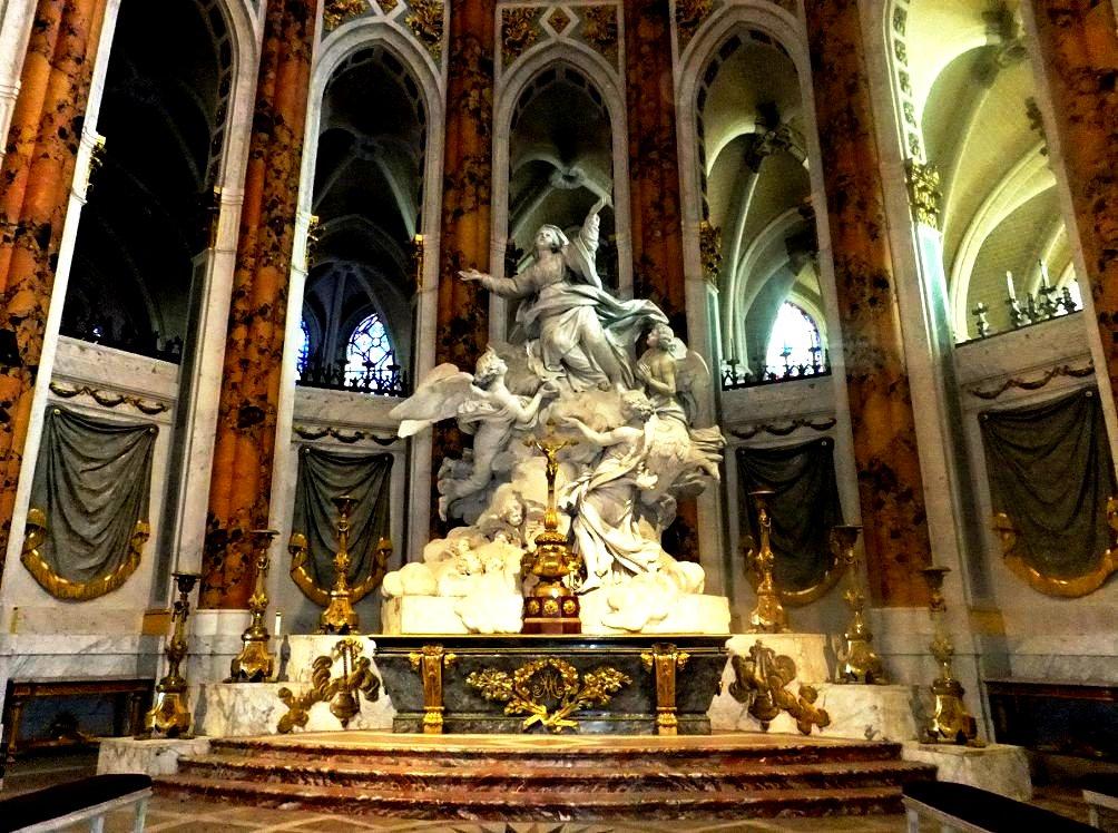 фигура святого внутри шартрского собора