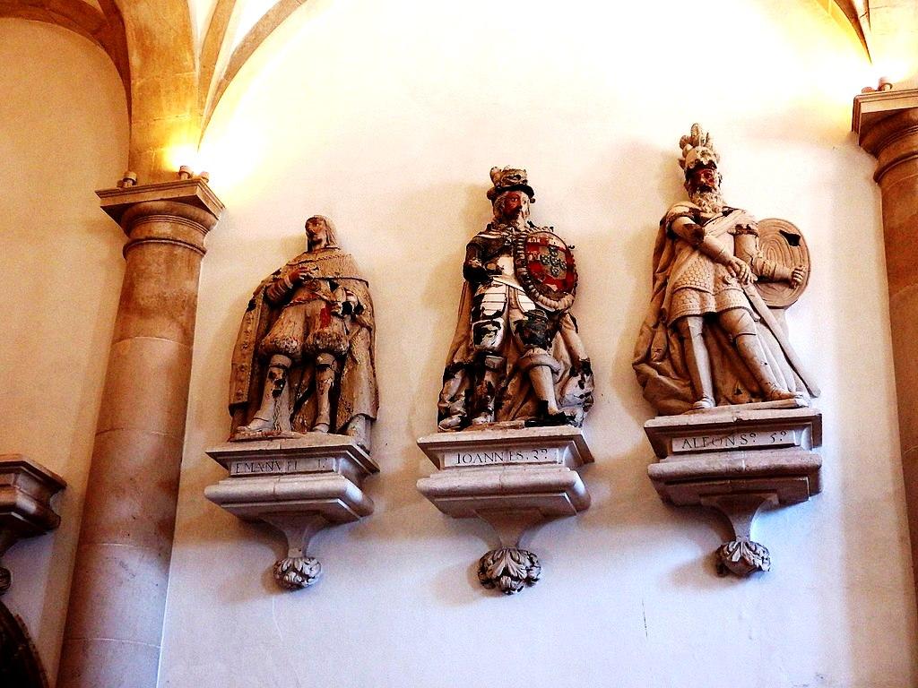 скульптуры монархов