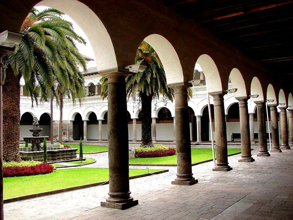 внутренний двор монастыря кито