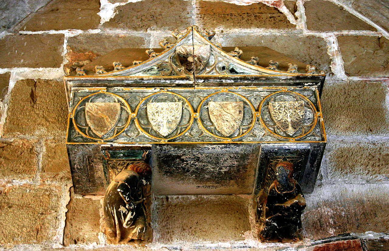 саркофаг на стене