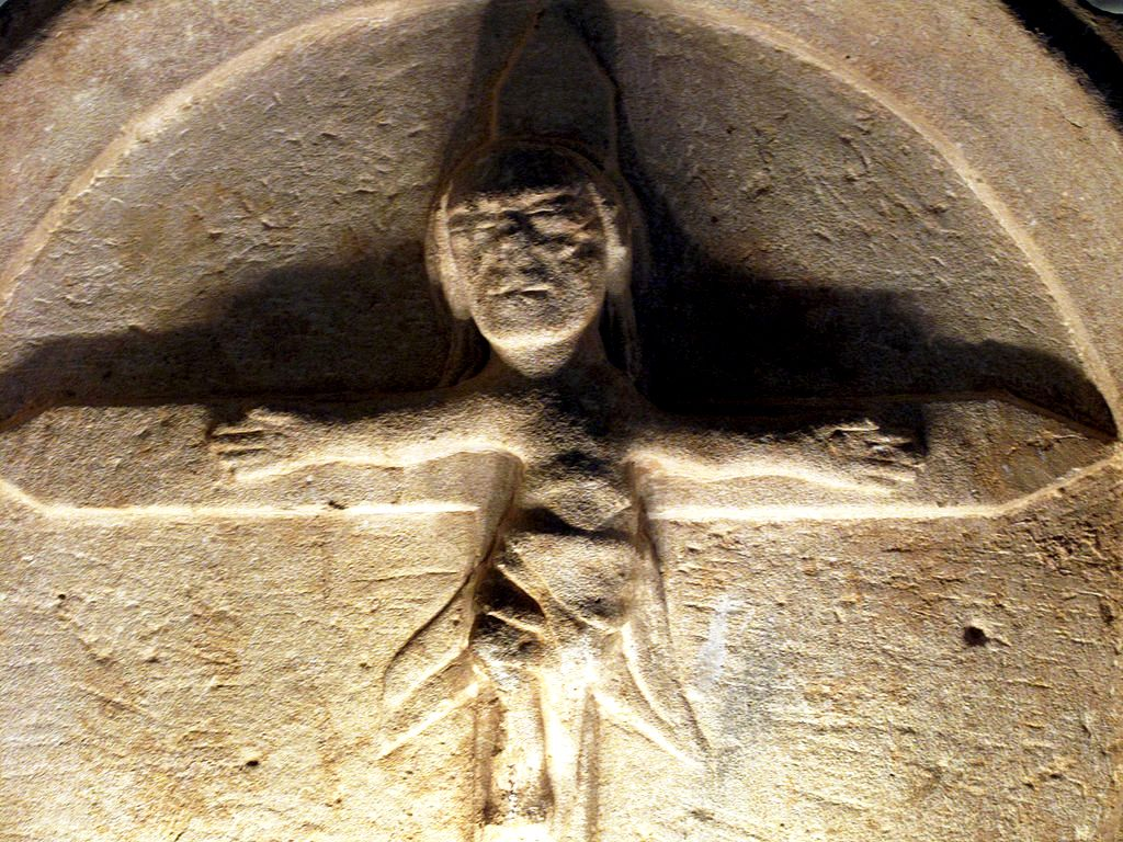 странная статуя христа