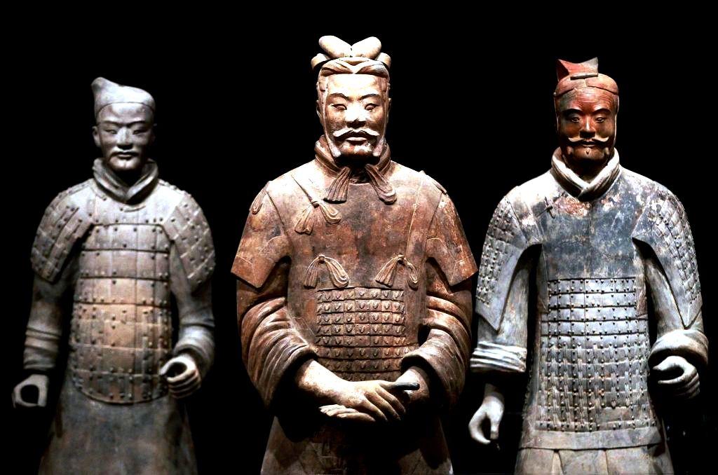 статуи из глины