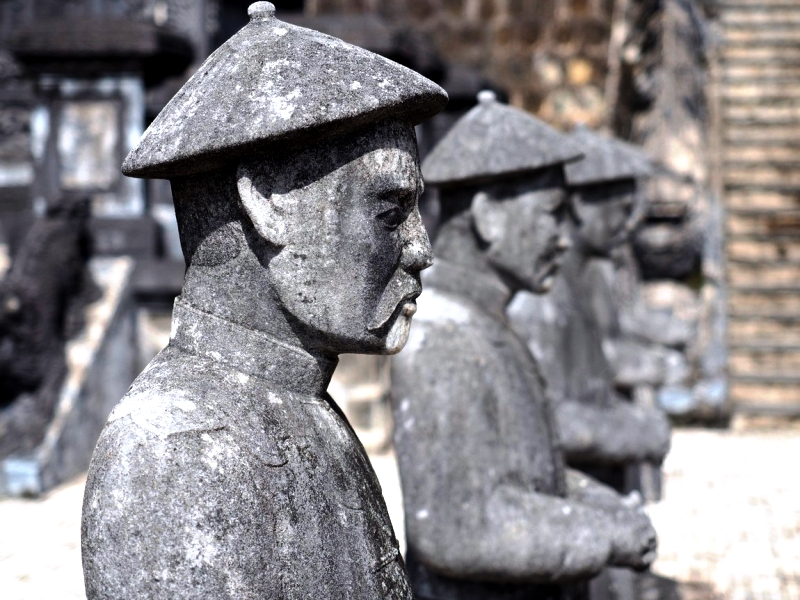 лица статуй Кхай Диня