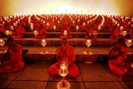 монахи в храме Дхаммакая