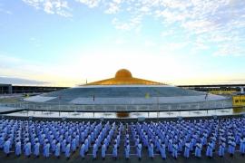процессия монахов Дхаммакая