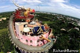 дракон, обвивший дом