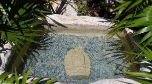 памятник в виде озера с водой