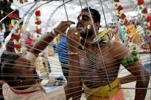 мужчина индус готовится нести кавади