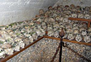 черепа в склепе