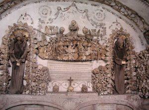 алтарь с двумя скелетами