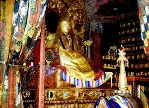 сидящий будда в потале