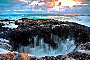 падающая в колодец тора вода
