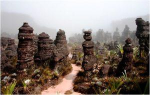 скальные истуканы